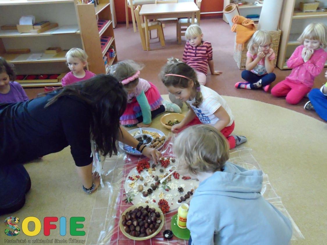 Sofie-skolka-posviceni-priprava-ve-tride