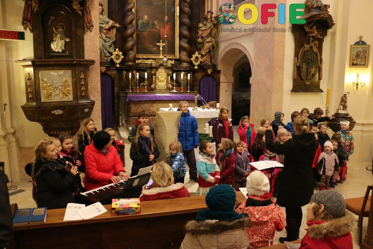 Sofie-skolka-vanocni-pasmo-kostel-Ricany