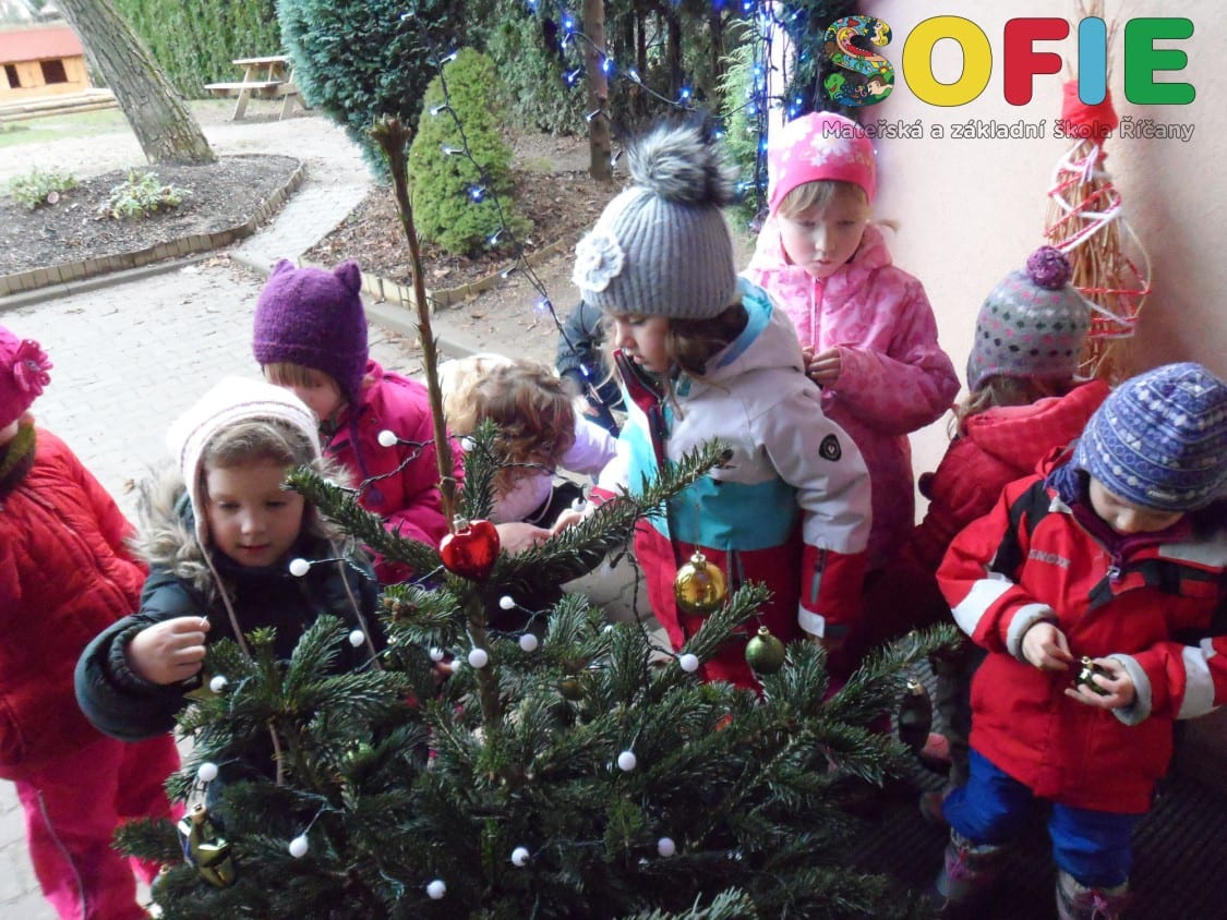 Sofie-materska-skola-vyzdoba-vanocniho-stromecku